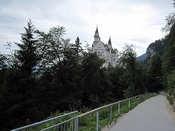離開了橋,步行往城堡走去