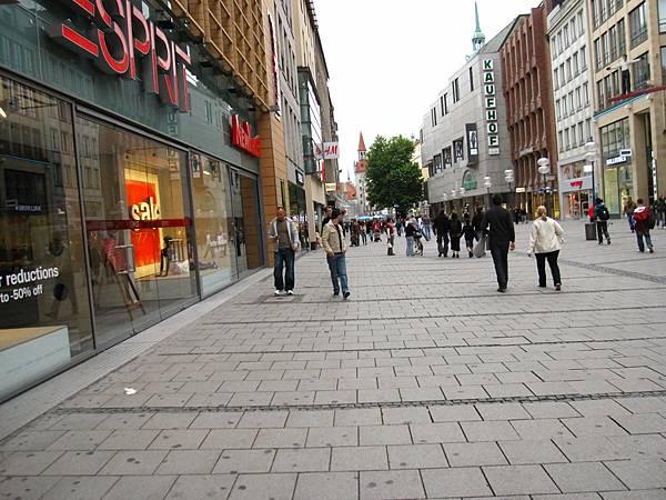 廣場旁的街道,2旁都是商店