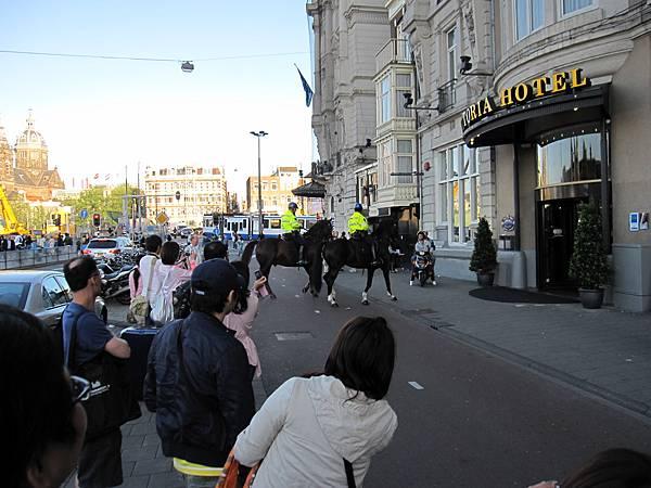 下車後在路上剛好看到騎馬的荷蘭警察