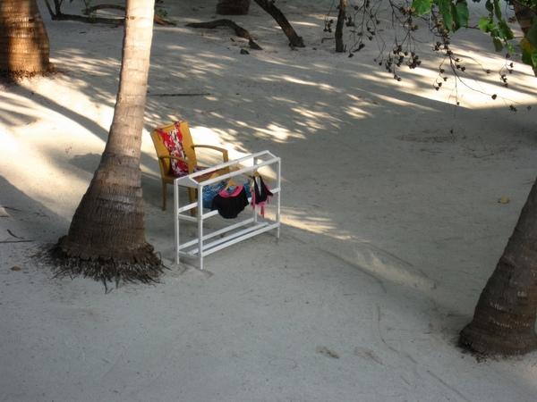 某戶人家的曬衣架竟被移到了外面的沙灘上