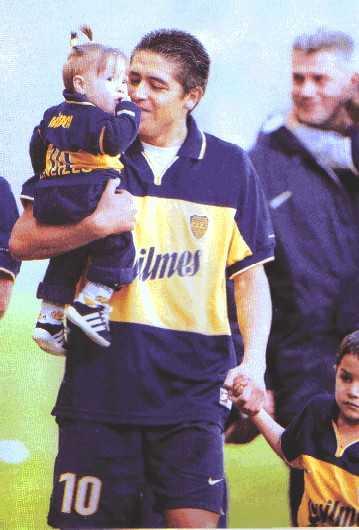 羅米抱女兒牽兒子