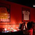 展示各種簽名球衣或球等物品