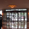 早上潛進飯店,外面眾多不得其門而入的槍迷