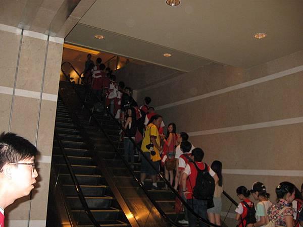 前往簽名會天堂的階梯啊啊啊~