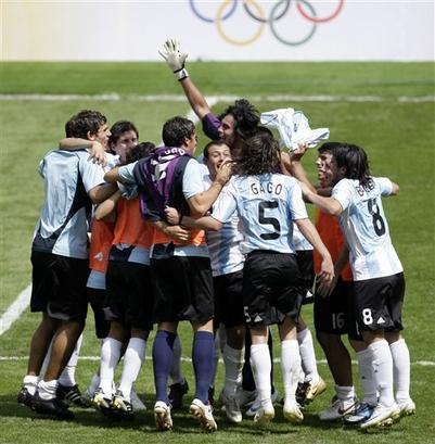 capt_07dd9143e3544885867a823c7a11ea66_beijing_olympics_soccer_mens_final_olyso229.jpg
