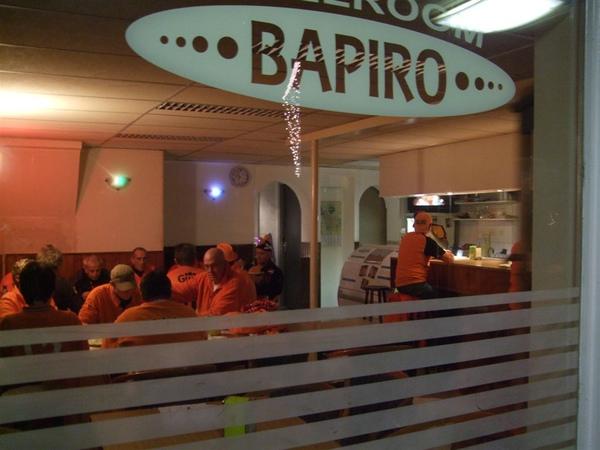 賽前酒吧擠滿球迷