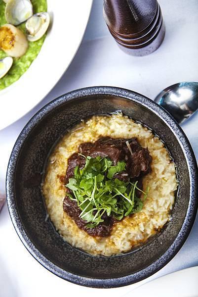 慢燉馬德拉風味牛尾,帕馬森起司燉飯,芝麻生菜