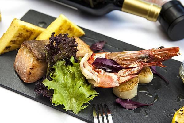 爐燒肥豬蝦,帆立貝與市場鮮魚