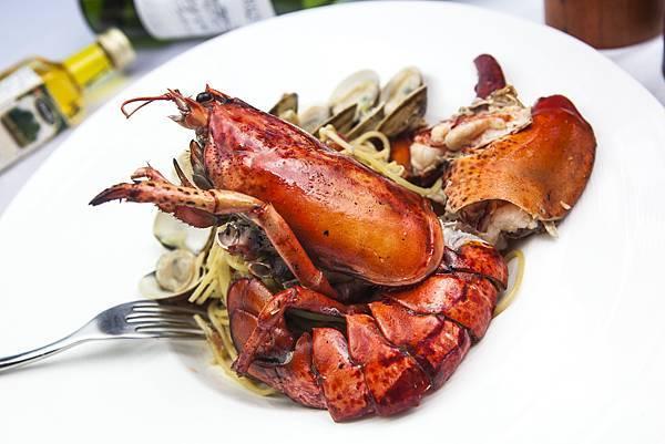 波士頓龍蝦(半隻) 義大利麵 ,襯蛤蜊,蒜味,白酒.jpg