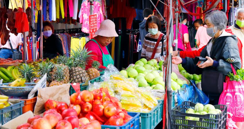 竹東中央市場除室內區域外, 每天早上更有來自各地的攤商群聚在東林路與大同路之間的仁愛路上,可以竹東天主堂為起點,漫步進入感受市場熱鬧的氣氛。市場內從各種生鮮蔬果、家禽到生活用品,可說應有盡有,不少小農更直接販售自家栽種的蔬果,或提供各種客家特產,如米粄、梅干菜、客家紅麴等,讓中央市場成為選購客家食材的最佳場所。.jpg