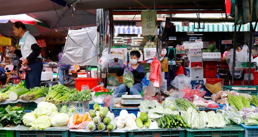 竹東中央市場除室內區域外, 每天早上更有來自各地的攤商群聚在東林路與大同路之間的仁愛路上,可以竹東天主堂為起點,漫步進入感受市場熱鬧的氣氛。市場內從各種生鮮蔬果、家禽到生活用品,可說應有盡有,不少小農更直接販售自家栽種的蔬果,.jpg