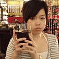 這是我們的飲料~紅茶~拿到時整個傻眼~也太大杯了….jpg