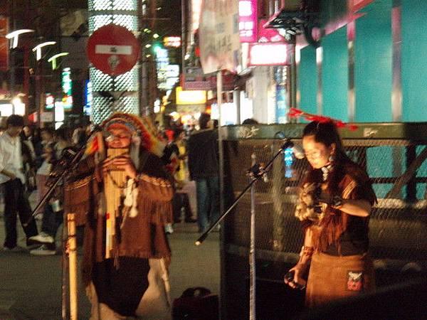 西門町廣場的街頭藝人~簡單的樂器加上嘹亮的歌聲~….jpg