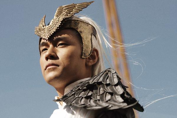 周杰倫飾演世外高人武神,滿頭白髮、頭頂金冠、身披翼甲、造型超凡入聖.jpg
