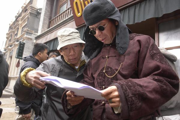 0104袁和平導演(左)與馮小剛導演(右)一同討論劇本.jpg