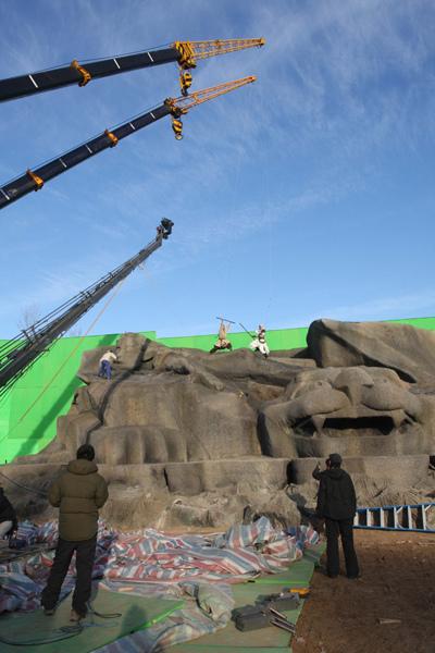 0115 新聞劇照-現場的巨型佛頭是特地為《蘇乞兒》重金打造的