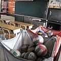 排球放在教室的一角落