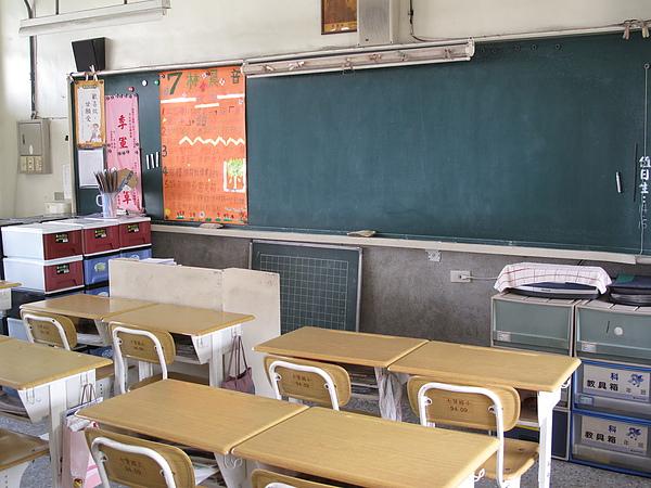 教室一隅,現在的小孩課桌椅也太高檔了@@