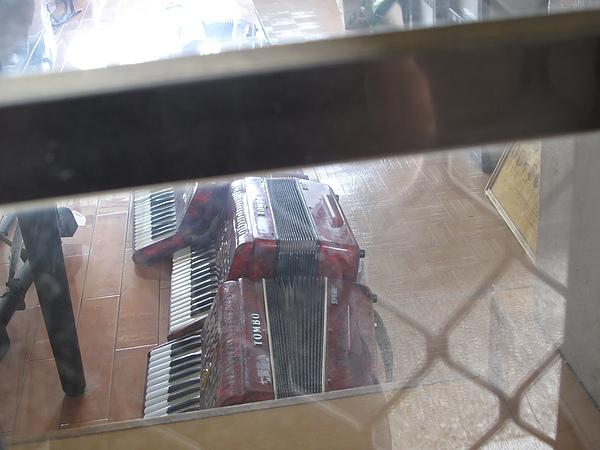 地上還有樂隊的口風琴