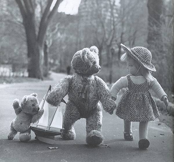Lonely_Doll_and_Bears_in_Park.jpg