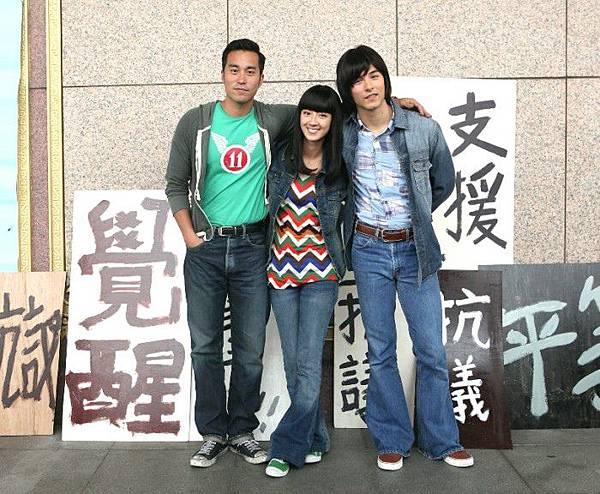 《女朋友。男朋友》中正紀念堂搬演熱血學運_張孝全(左起)、桂綸鎂、鳳小岳