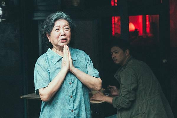 陳淑芳在角頭中飾演男主角阿雄的阿嬤【圖片由文達文創提供】_0