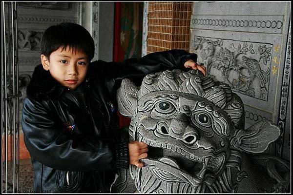 村口的廟,小時候我也常在這獅子上面玩