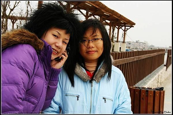 妹拍照就拍照還在講電話