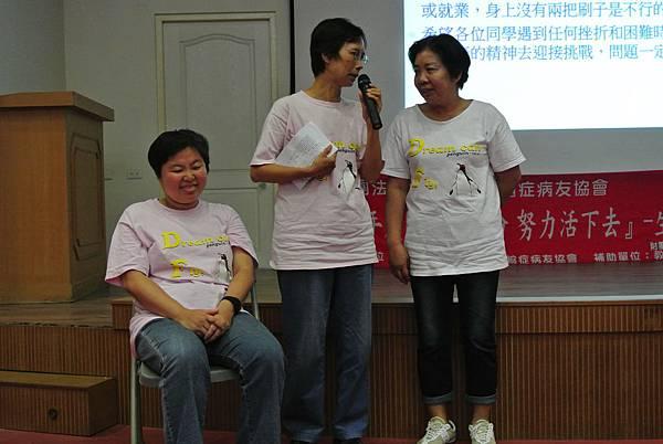 志工講師訪問病友家屬,也讓學子瞭解長期照顧者(母親)的辛苦及偉大與
