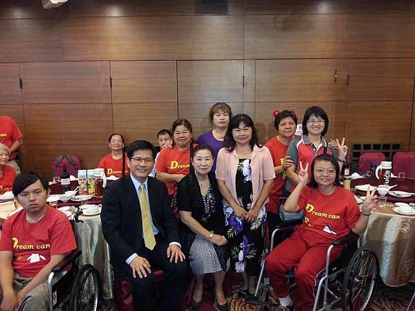 朱穗萍理事、朱淑惠講師、林佳龍立委與團員合照