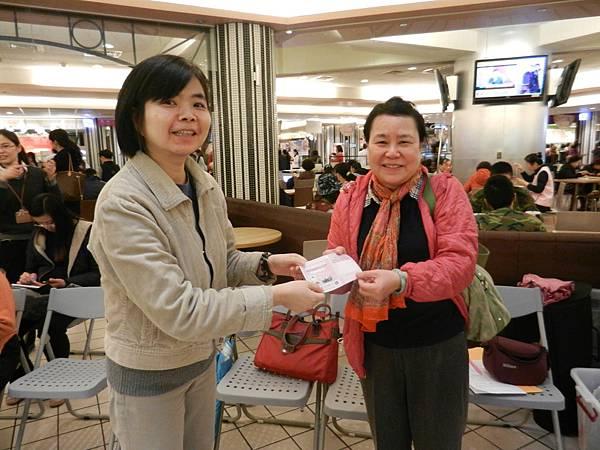 台北市政府社會局代表頒發有獎徵答獎品