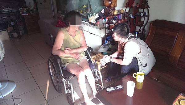 社工家訪瞭解病友家裡的狀況並提供協助.jpg