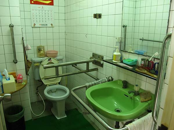 無障礙浴室,病友自行如廁沐浴有安全依靠.jpg