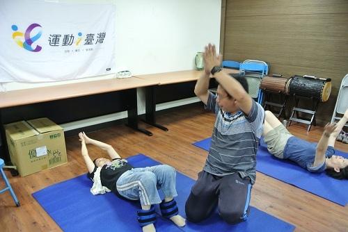 課程中會員躺臥式手部復健.JPG