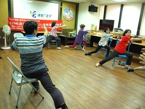 會員們學習在椅子上拉筋.JPG