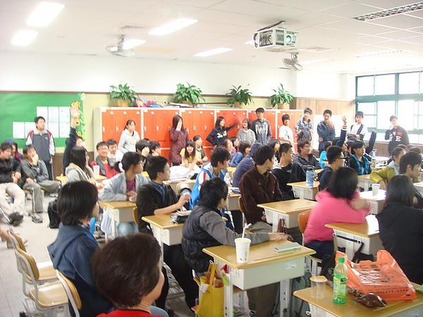 兩個班級的同學們擠滿了教室,並進行有獎徵答