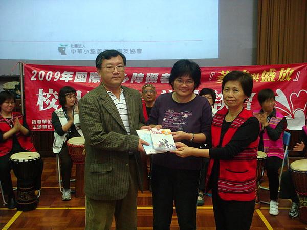 協會贈與校方協會出版品-左起為師大生科系主任及老師.