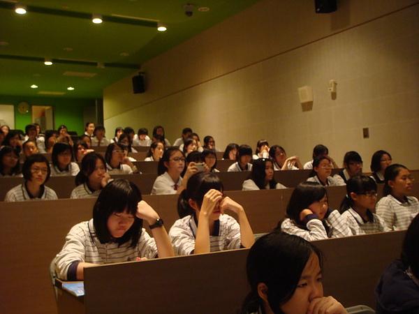 同學們專心的聆聽,還有同學拿起相機拍照呢~