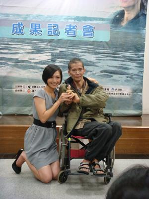 名主持人候怡君(左)贈與協會生命鬥士許瑞榮個人形象公仔娃娃一個,象徵瑞榮陽光樂觀的一面。拷貝.jpg