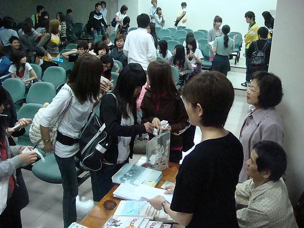 中華技術學院學生熱情捐贈發票,讓協會發片箱裝著滿滿的愛心