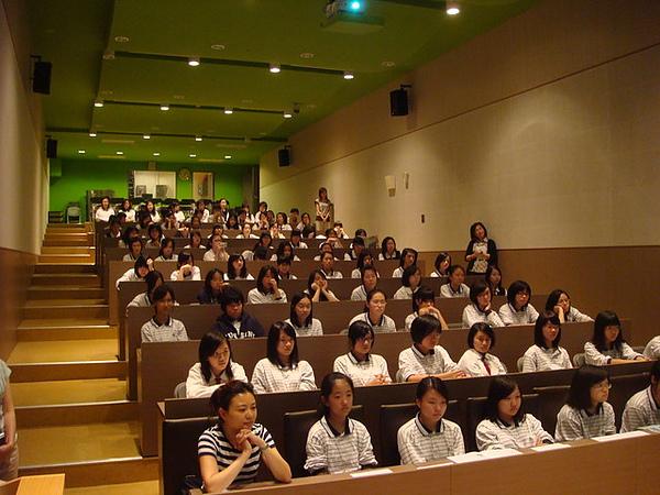 學生們隨著鼓身彷彿置身非洲一般