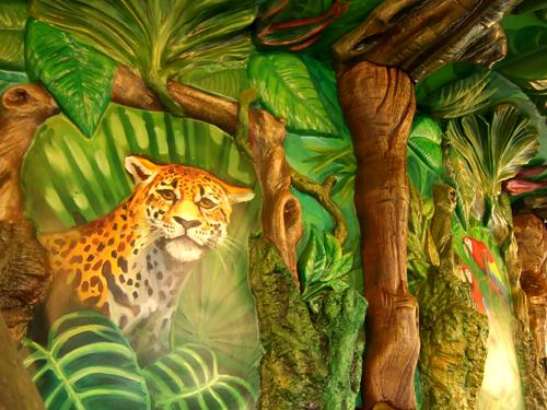 看起來哀傷的花豹是旋轉木馬裏的壁畫。