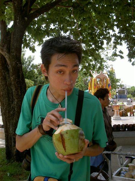 阿呆喝椰子水喔