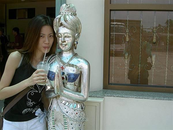腰果工廠外的雕像