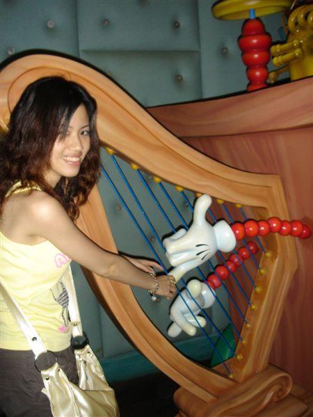嘿嘿...跟Micky一起彈豎琴