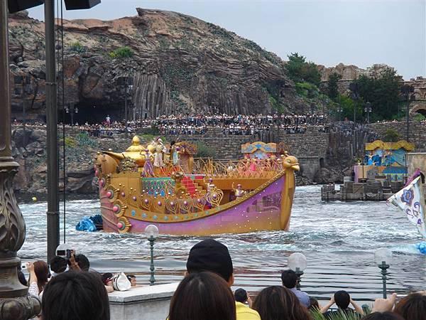 船上有阿拉丁、公主跟國王喔