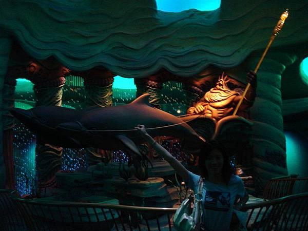 嘿嘿...終於比較清楚嚕...國王的椅子是海豚在拉的喔...
