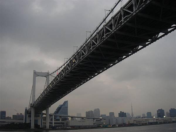 要經過彩虹大橋橋下嚕