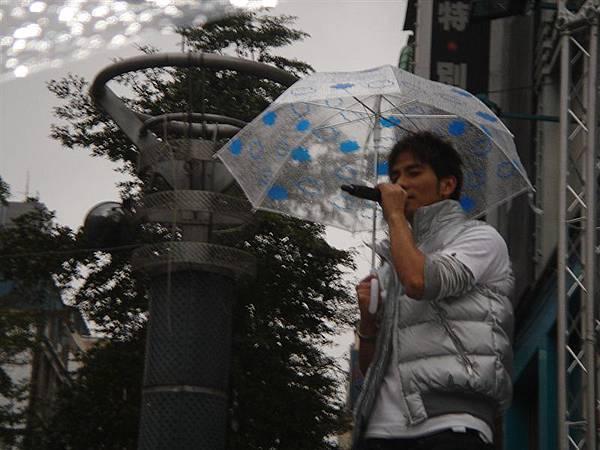 工作人員給均甫他們兩個可愛的雨傘^^