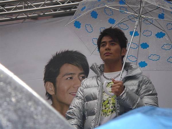彥均這樣撐傘真的很可愛